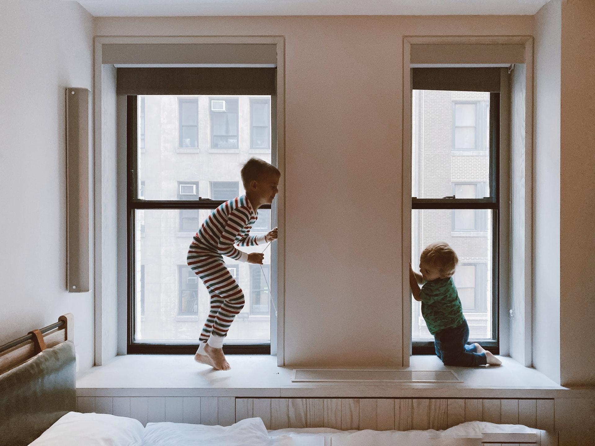 La mejor manera de proteger a los niños pequeños de los accidentes del hogar es vigilarlos.