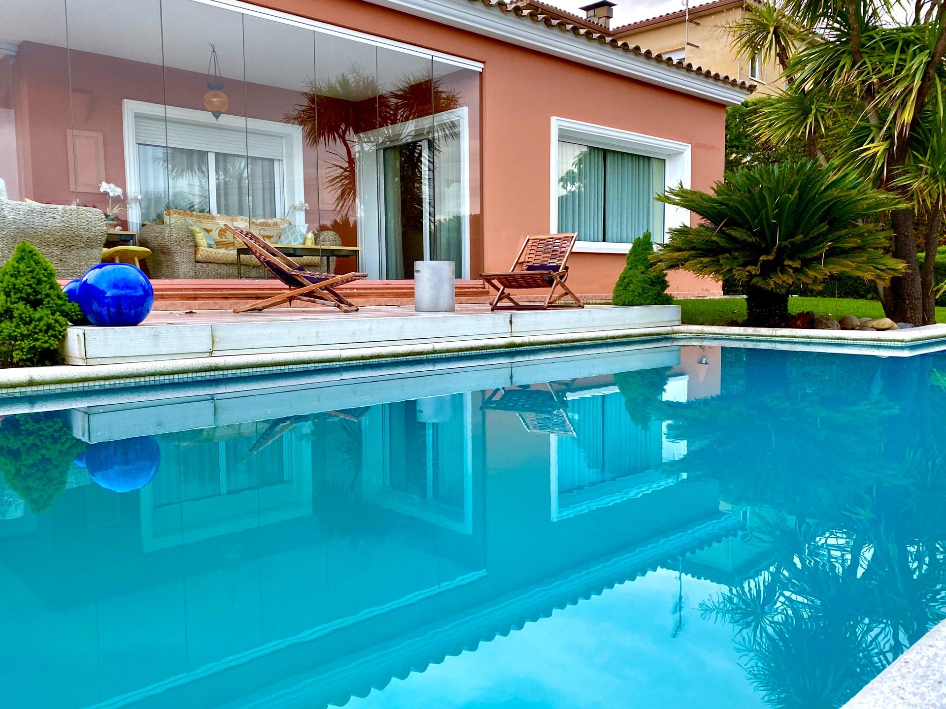 Colocar luces junto a la piscina es una manera de proteger tu casa de posibles intrusos.