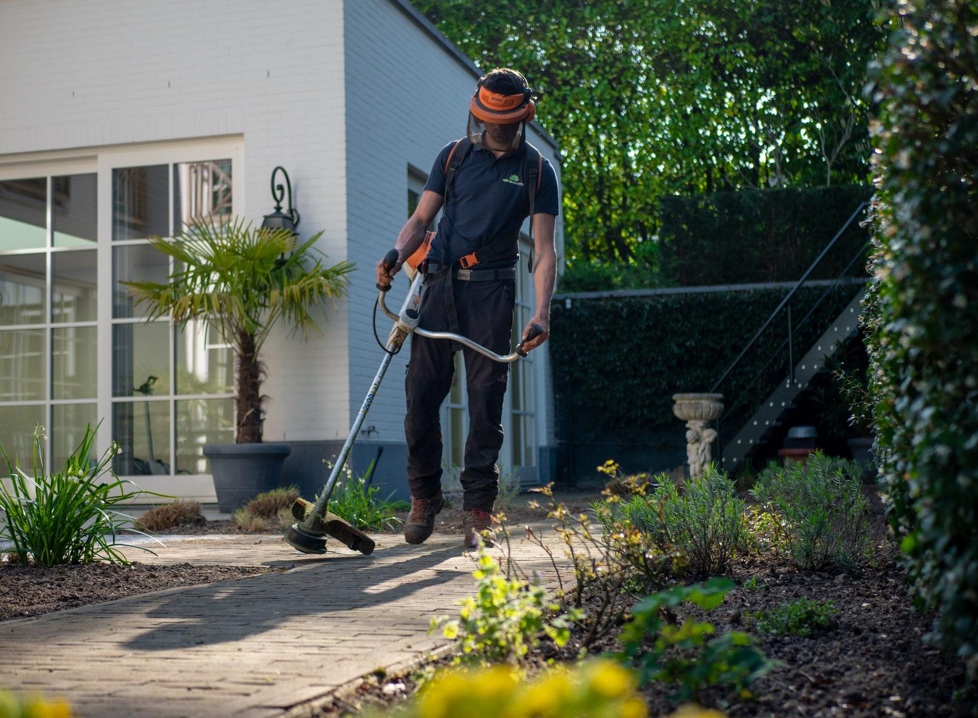 Si te gusta la jardinería, comprobar que todas las herramientas están en buen estado es un consejo de seguridad que debes seguir en verano.